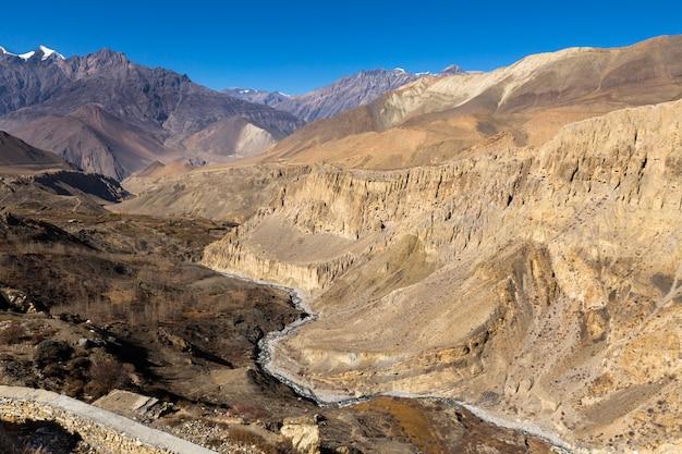 Uitzicht op de bergen vanaf het klooster in het dorp djzharkot