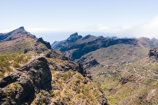 Uitzicht op de bergen, weg in de bergen van het eiland tenerife