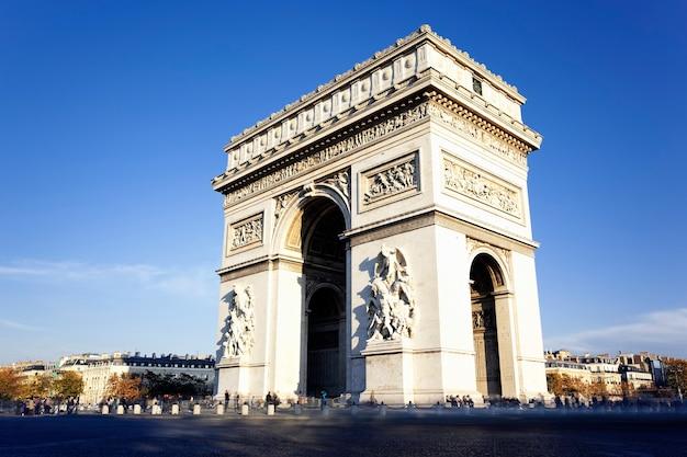 Uitzicht op de beroemde arc de triomphe in parijs