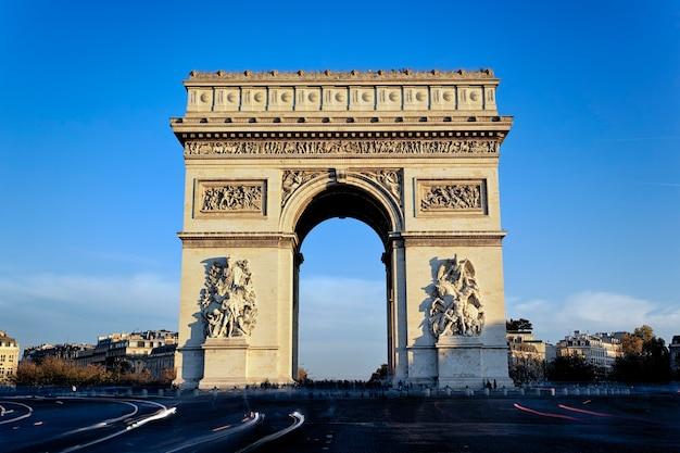 Uitzicht op de beroemde arc de triomphe, parijs, frankrijk