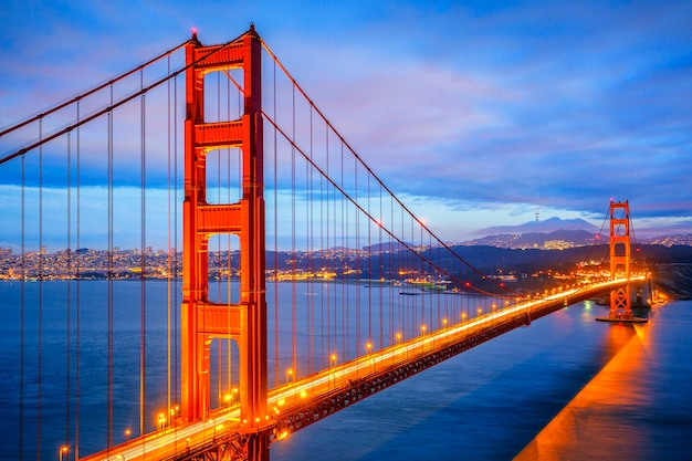 Uitzicht op de beroemde golden gate bridge 's nachts in san francisco, california, usa