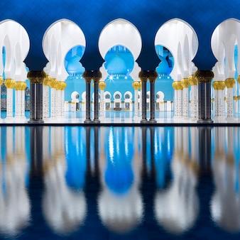 Uitzicht op de beroemde grote moskee, 's nachts abu dhabi, verenigde arabische emiraten.