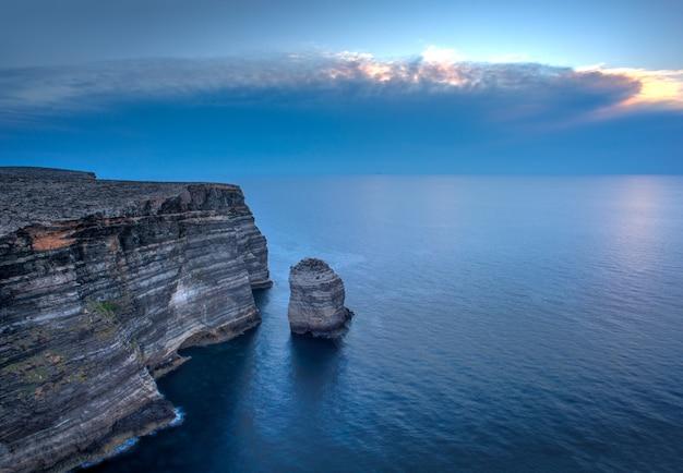 Uitzicht op de beroemde klif genaamd sacramento in lampedusa, sicilië