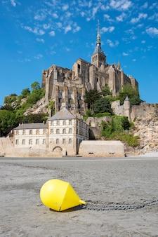 Uitzicht op de beroemde mont-saint-michel en boei, frankrijk, europa.