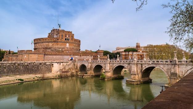 Uitzicht op de beroemde saint angel kasteel en brug over de rivier de tiber in rome, italië