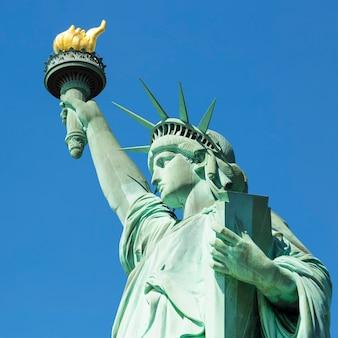 Uitzicht op de beroemde statue of liberty, new york.