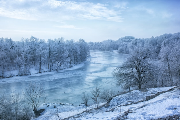 Uitzicht op de bevroren rivier vanaf de berg
