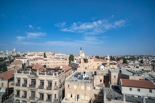 Uitzicht op de bezienswaardigheden van de oude stad van jeruzalem, israël. een bezoek aan jeruzalem, rondleidingen en excursies. oude stad geschoten op zonnige mooie dag in de zomer. stedelijke architectuur van vroeger. middeleeuwse gebouwen.