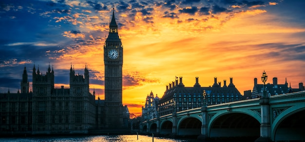 Uitzicht op de big ben en westminster bridge bij zonsondergang