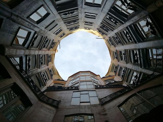 Uitzicht op de binnenplaats en het atrium van casa mila. barcelona, spanje