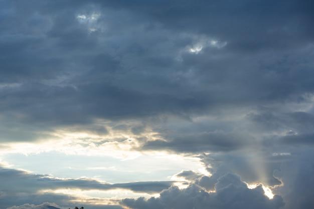 Uitzicht op de blauwe lucht en de wolk. natuur achtergrond