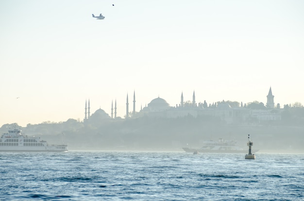 Uitzicht op de blauwe moskee, de hagia sophia en het topkapipaleis vanaf de bosporus