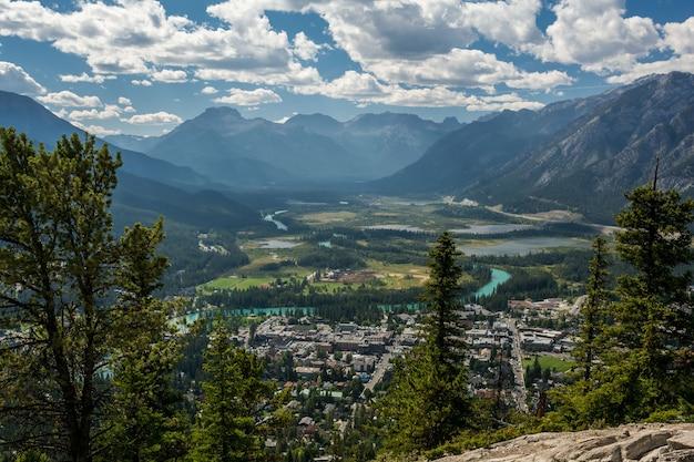 Uitzicht op de bow river valley in het centrum van banff observatiepunt