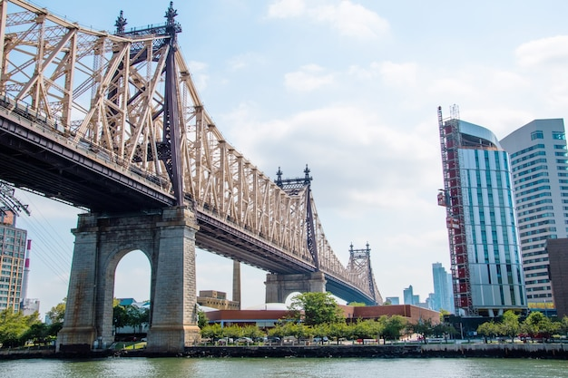 Uitzicht op de brooklyn bridge en de skyline van manhattan Premium Foto