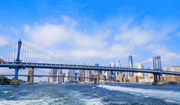 Uitzicht op de brooklyn bridge en de skyline van manhattan