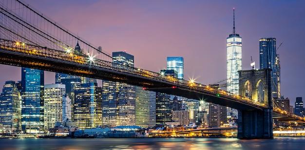 Uitzicht op de brooklyn bridge 's nachts