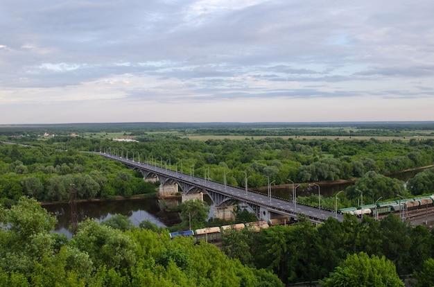 Uitzicht op de brug over de rivier de klyazma en de spoorlijn in vladimir