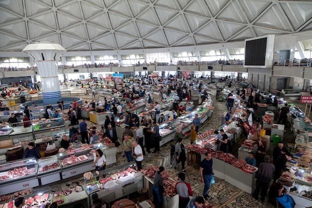 Uitzicht op de chorsu-markt van binnenuit vanaf de tweede verdieping. tasjkent oezbekistan.