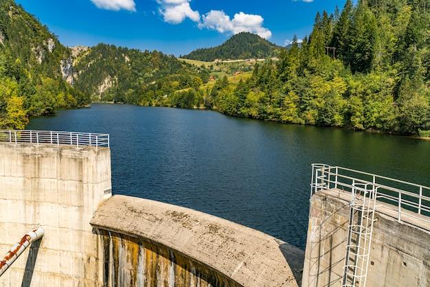 Uitzicht op de dam op het zaovine-meer in servië