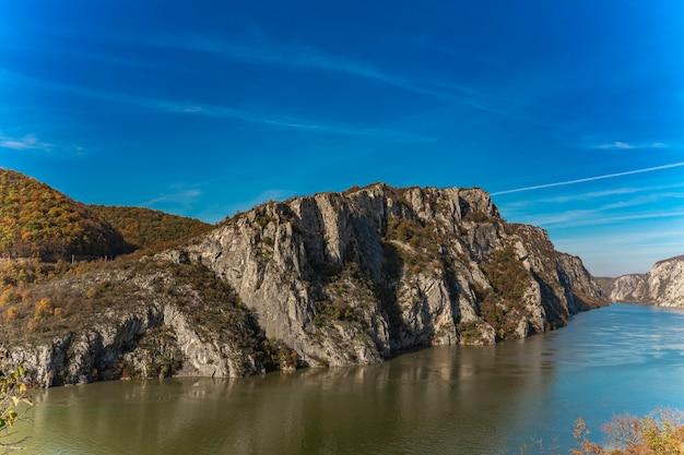Uitzicht op de donau-kloof in djerdap aan de servisch-roemeense grens