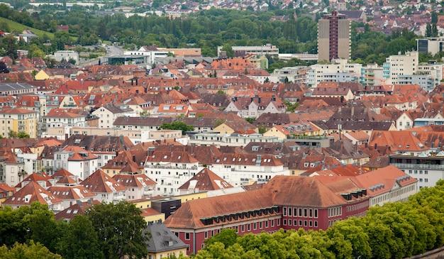 Uitzicht op de duitse stad wurzburg vanaf de heuvel