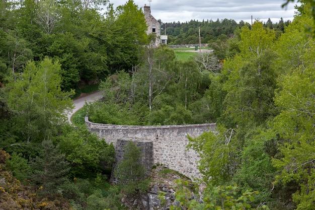Uitzicht op de dulsie-brug over de rivier de findhorn