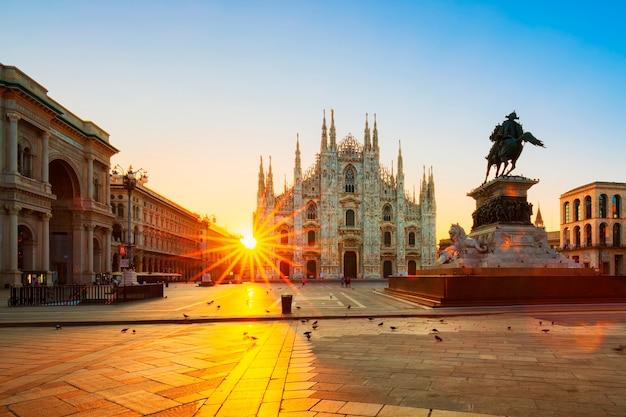 Uitzicht op de duomo bij zonsopgang, milaan, italië.