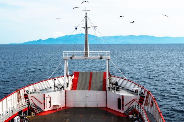 Uitzicht op de egeïsche zee vanaf een veerboot in griekenland