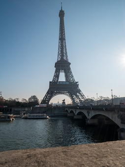 Uitzicht op de eiffeltoren in parijs.
