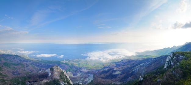 Uitzicht op de enorme rotswanden en de groene vallei bedekt met bos. prachtig berglandschap