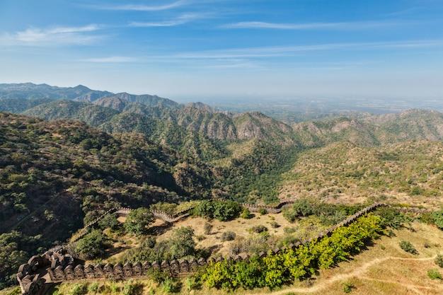 Uitzicht op de fortmuren van kumbhalgrh. rajasthan, india