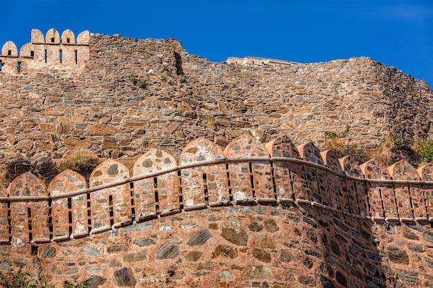 Uitzicht op de fortmuren van kumbhalgrh