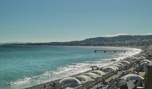 Uitzicht op de franse kust vanaf de top met een glimp van de zee waar je het profiel van de stad kunt zien.