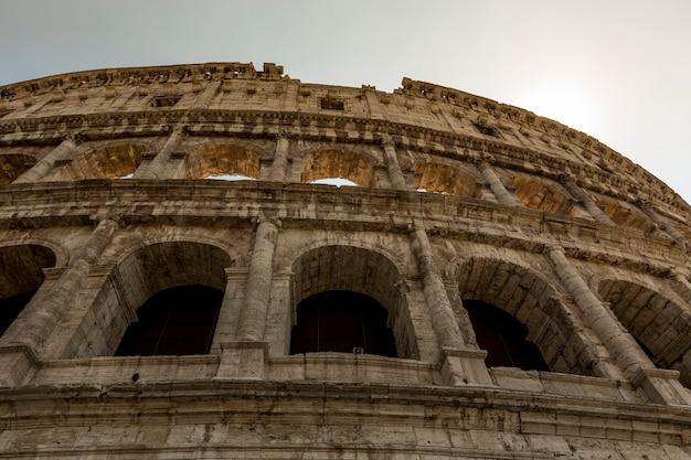 Uitzicht op de gevel van het colosseum in rome, italië.