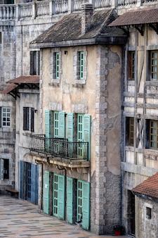 Uitzicht op de gevel van oude gebouwen in de bana hills, danang, french village, vietnam. een populaire toeristische bestemming in vietnam.