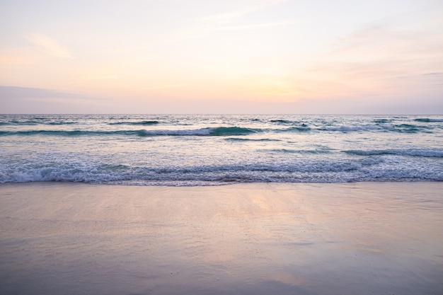 Uitzicht op de gigantische golven, schuimend en spetterend in de oceaan, zonnige dag.