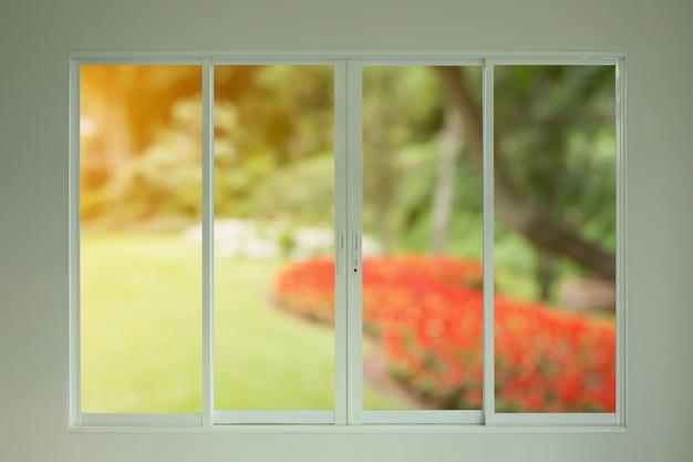 Uitzicht op de groene tuin door het raam