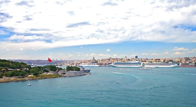 Uitzicht op de haven van istanbul en de straat van bosporus