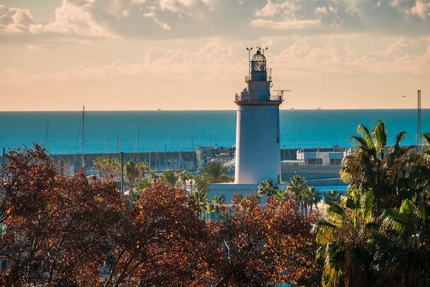 Uitzicht op de haven van malaga met enkele bomen op de voorgrond
