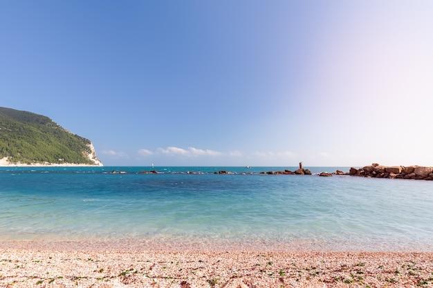 Uitzicht op de heldere smaragdgroene zee vanaf het strand urbani, riviera del conero. sirolo, italië