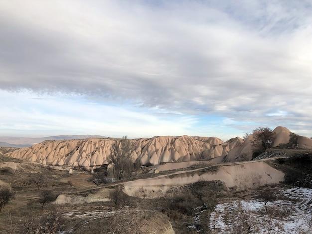 Uitzicht op de helling vanaf het vulkanisch gesteente. turkije, cappadocië.