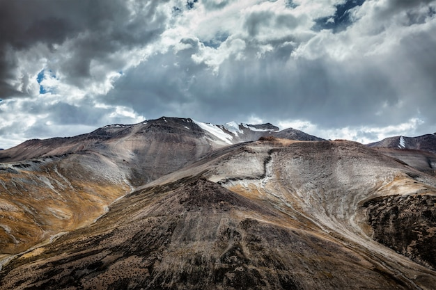 Uitzicht op de himalaya in de buurt van tanglang la pass, ladakh