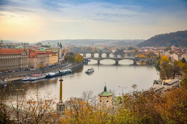 Uitzicht op de historische bruggen, de oude binnenstad van praag en de moldau vanaf het populaire uitkijkpunt in het letna-park of letenske sady, tsjechië