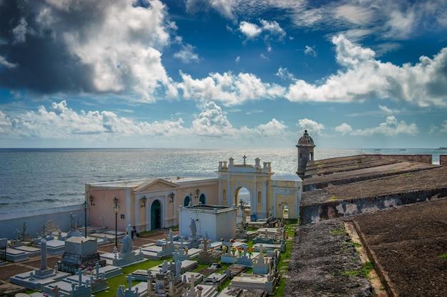 Uitzicht op de historische kleurrijke stad puerto rico vanaf de begraafplaats.