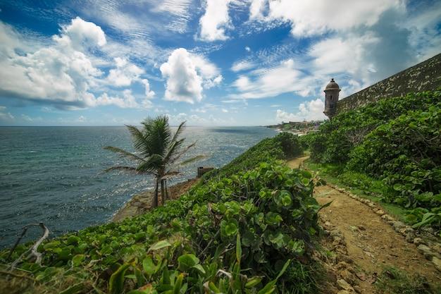 Uitzicht op de historische kleurrijke stad van puerto rico in de verte.