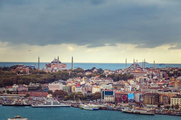 Uitzicht op de historische wijk van istanbul en de bosporus. bovenaanzicht van de galata-toren.