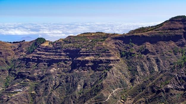 Uitzicht op de hoge bergen van het canarische eiland gran canaria met de wolken eronder aan de horizon. spanje.