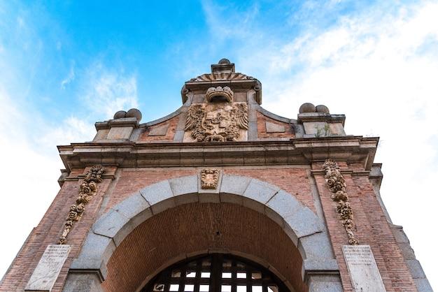 Uitzicht op de hoofdingang van de alcantara-brug. stad toledo.