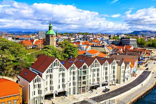 Uitzicht op de huizen, de weg en de kathedraal, noorwegen