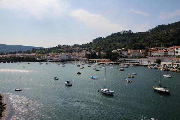 Uitzicht op de jachthaven en vissershaven van pontedeume